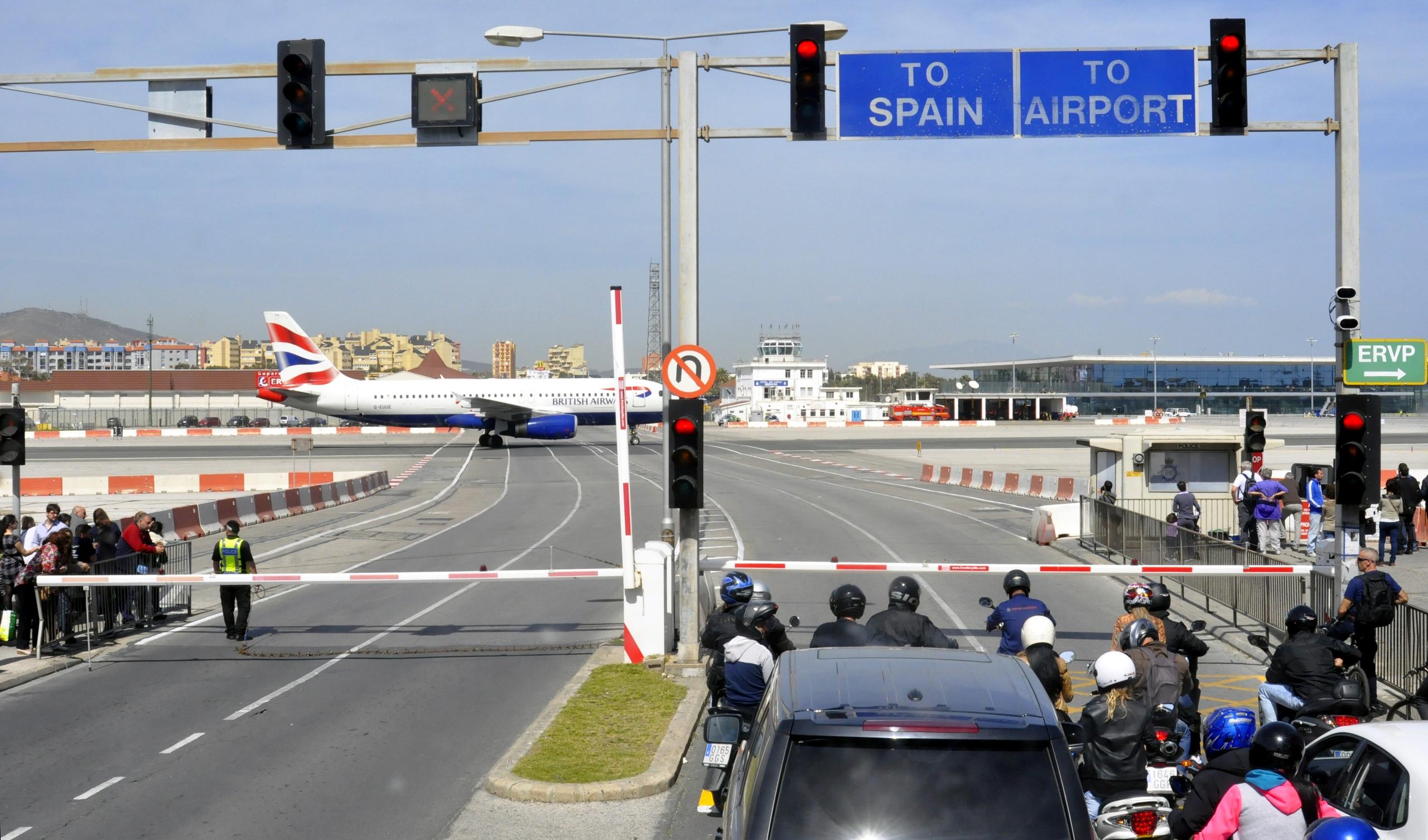 Кусочек Англии в середине Испании?<br>Аэропорт Гибралтара удивит каждого